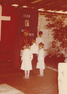 dzieci witają Biskupa