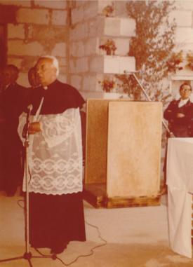 Księdza Biskupa wita Ksiądz Proboszcz